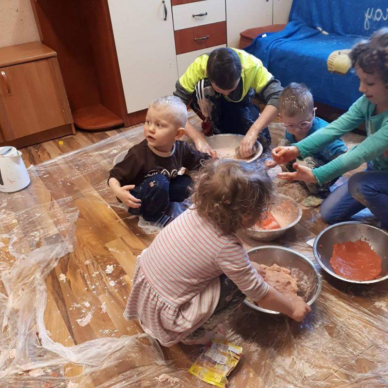 dzieci bawiące się masa plastyczna