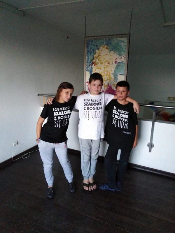 troje dzieci w koszulkach z napisem 'rób dzieci szalone z Bogiem się uda'
