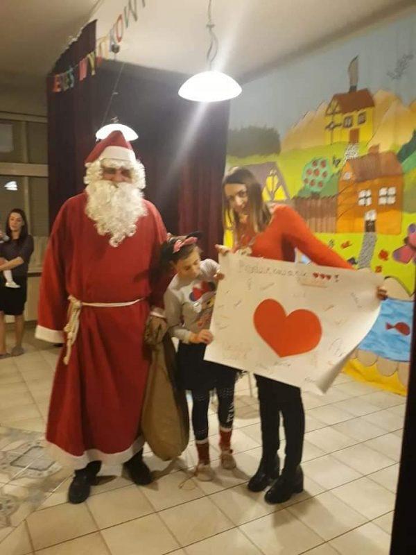 Mikołaj z dziewczynka i Pania trzymają podziękowanie