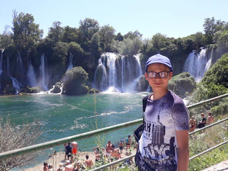chłopiec na tle wodospadów