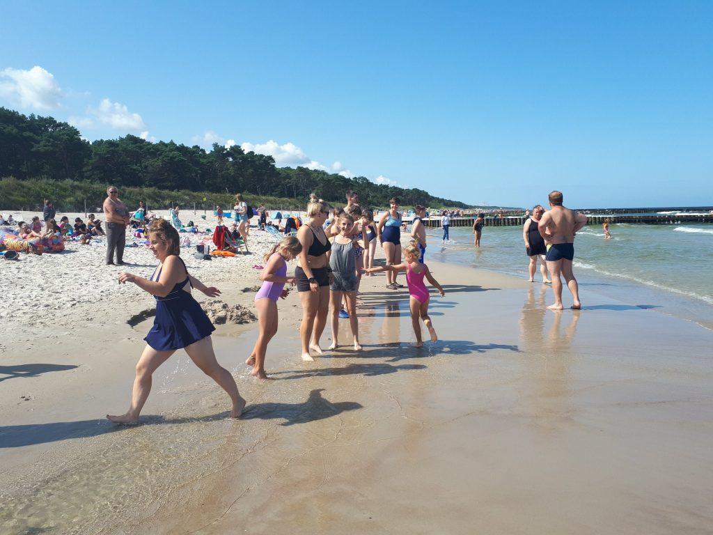młodzież przy morzu