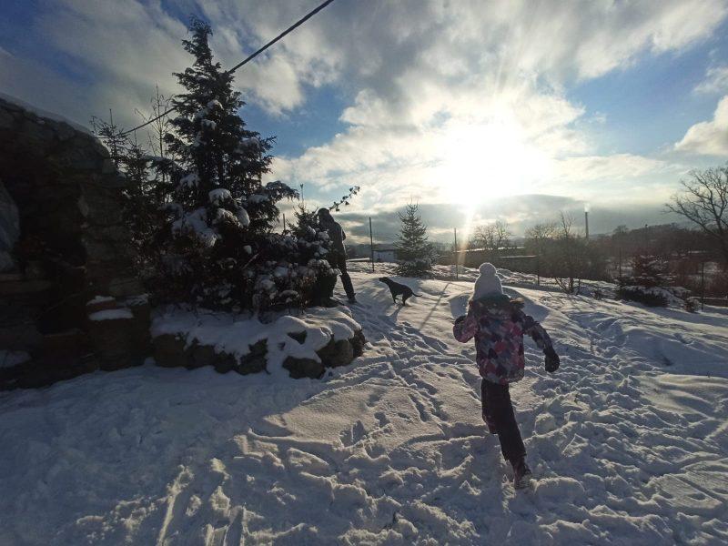 Dziewczynka biegająca po śniegu