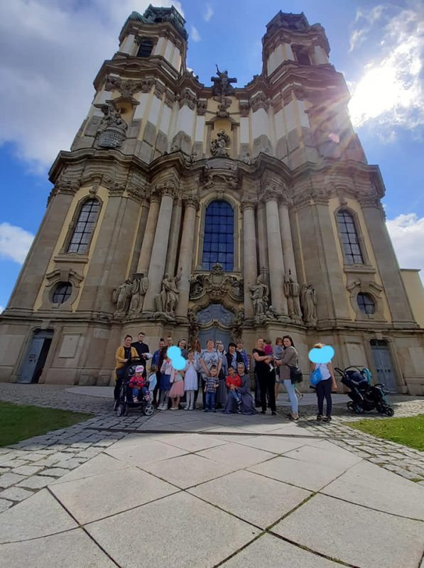 zdjęcie grupowe pod Sanktuarium w Krzeszowie