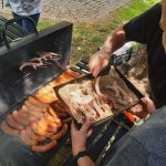 na zdjęciu widać grilla z kiełbaskami